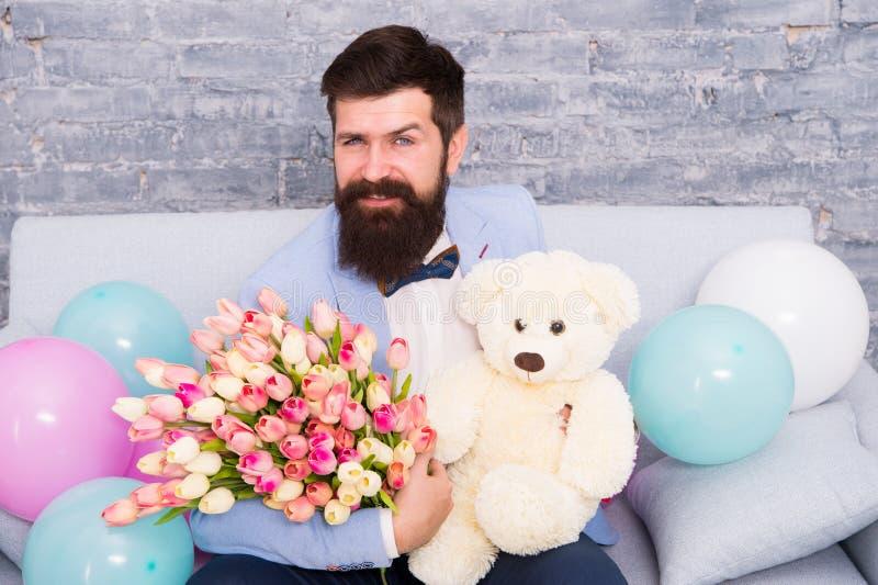 Fecha romántica lista machista Ramo azul de las flores del control de la corbata de lazo del smoking del desgaste de hombre Hombr fotografía de archivo