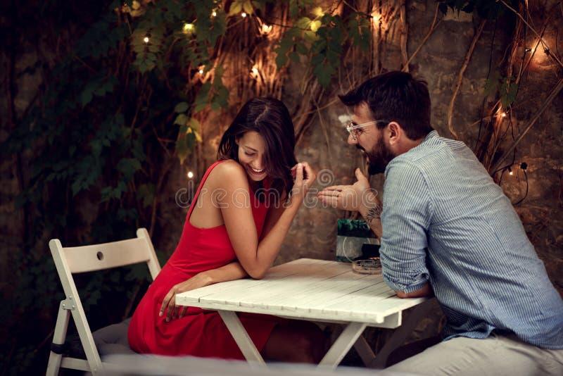 Fecha romántica Pareja pasa tiempo juntos en una cita romántica imagen de archivo libre de regalías