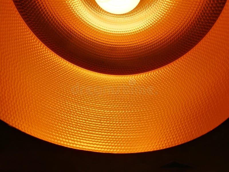 Fechado acima da lâmpada alaranjada preta do teto com fluore de poupança de energia fotos de stock royalty free