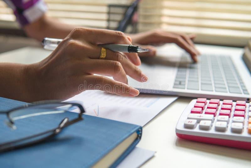 Fechado acima da mulher que calcula sobre o relatório da finança no escritório, tarefa dos gerentes da finança, wo fotos de stock