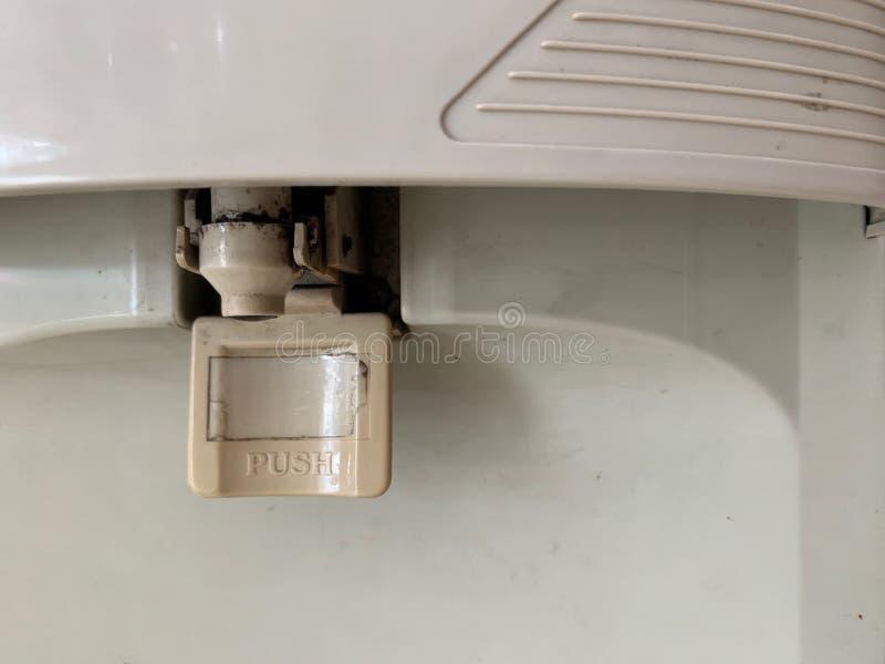 Fechado acima de manchas pretas na área do distribuidor da água, o waterdrop sujo encontra-se na borda do distribuidor da água po imagem de stock royalty free