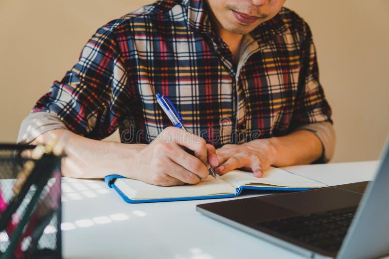 Fechado acima do homem que calcula sobre o relatório da finança no escritório, os gerentes da finança encarregam-se, foto de stock