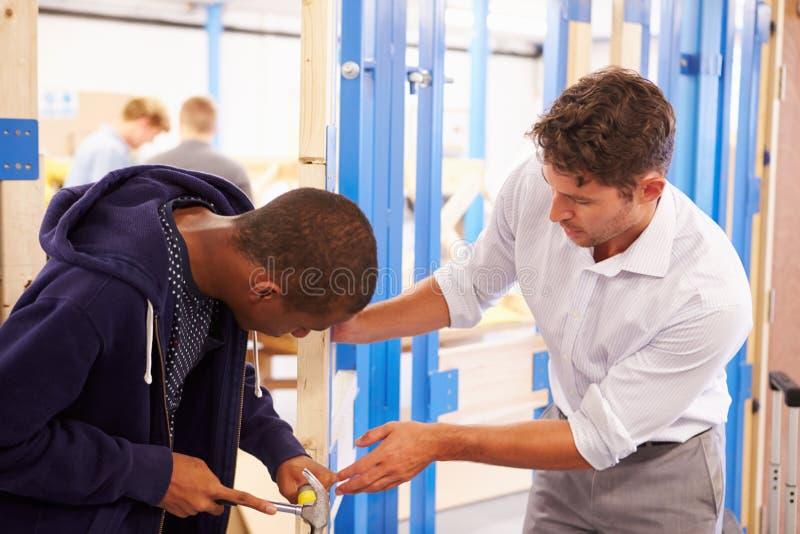 Fechadura da porta apropriada da classe da carpintaria de With Student In do professor imagem de stock