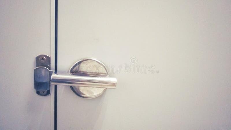 A fechadura da porta de prata bonita do banheiro fotografia de stock