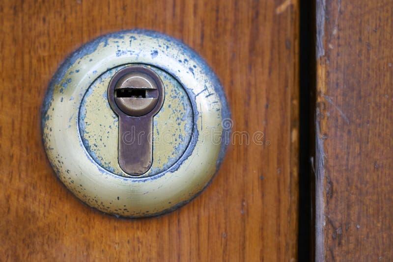 Fechadura da porta gasto no fim de madeira da porta acima imagens de stock
