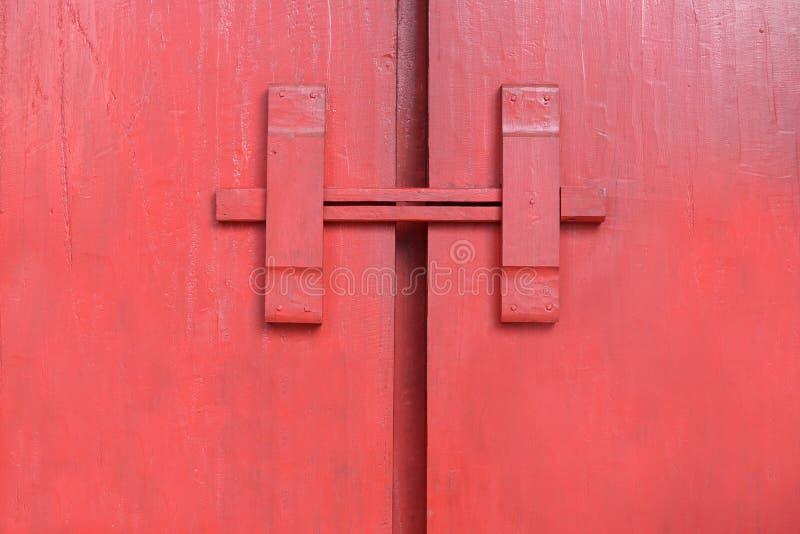 Fechaduras da porta de madeira do nativo tailandês imagem de stock