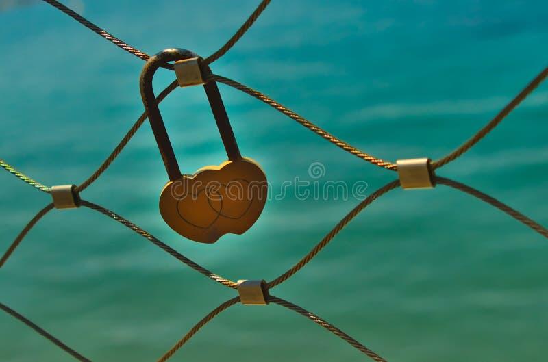 Fechamento amarelo do amor em trilhos da ponte foto de stock royalty free