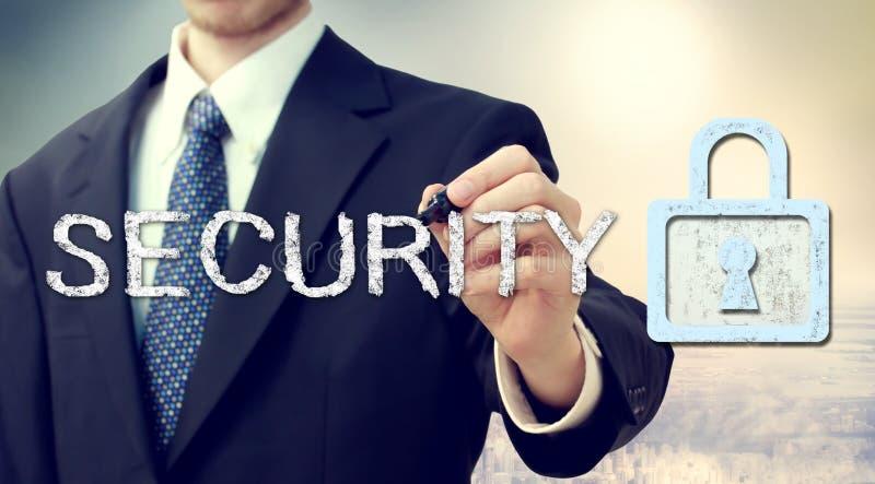 Fechamento chave da segurança com homem de negócios
