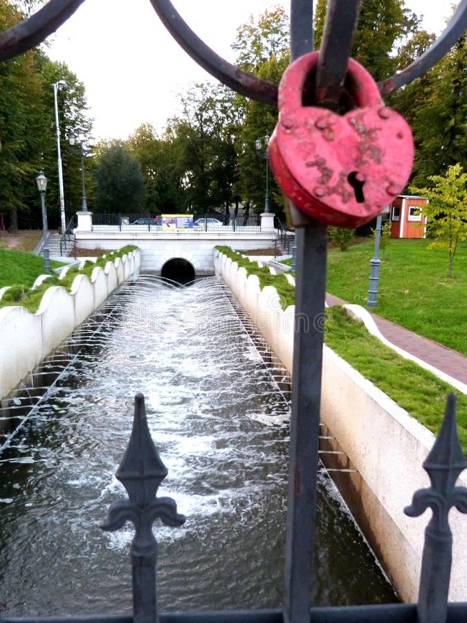fechamento Coração-dado forma do amor que pendura em uma ponte em Kaliningrad Königsberg foto de stock royalty free