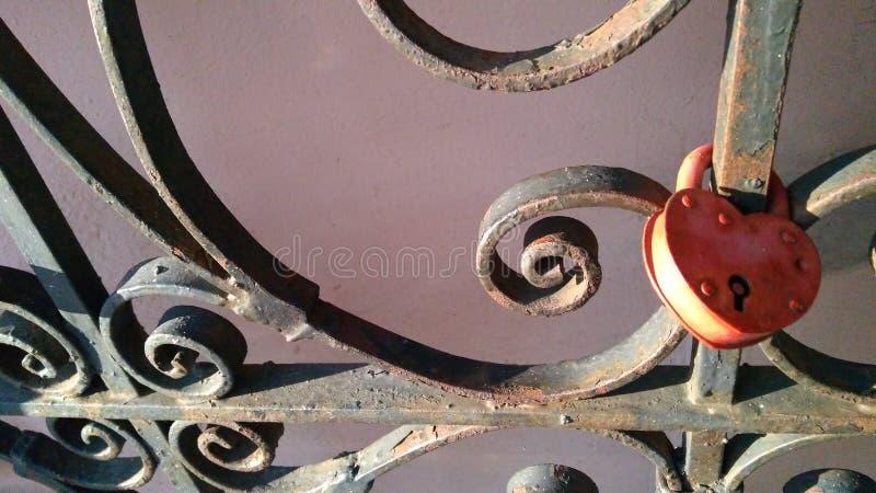 fechamento Coração-dado forma do amor que pendura em uma ponte para o fundo do dia de Valentim imagem de stock