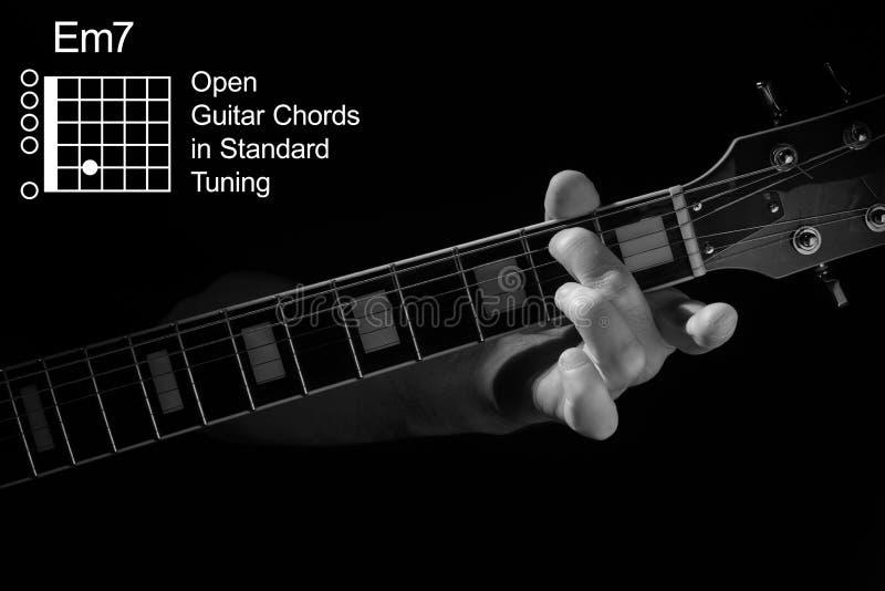 Fechamento da mão tocando acorde Em7 no violão imagens de stock royalty free
