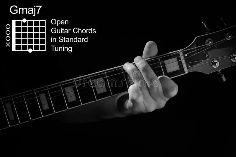 Fechamento da mão tocando Acorde GMaj7 no violão imagens de stock royalty free