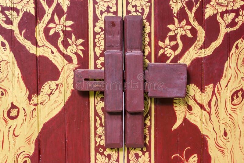 Fechamento de madeira do parafuso de porta fotos de stock royalty free