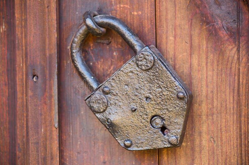 Fechamento de porta velho Cadeado fechado velho com anéis na porta velha da placa de madeira foto de stock