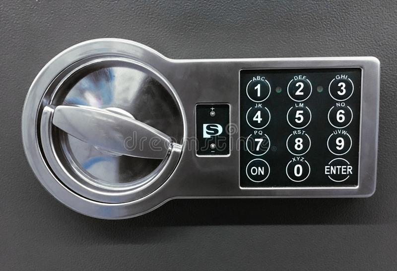 Fechamento do código na porta segura no fundo cinzento imagem de stock royalty free