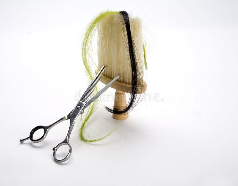 Fechamento do cabelo, das tesouras e da escova imagens de stock royalty free