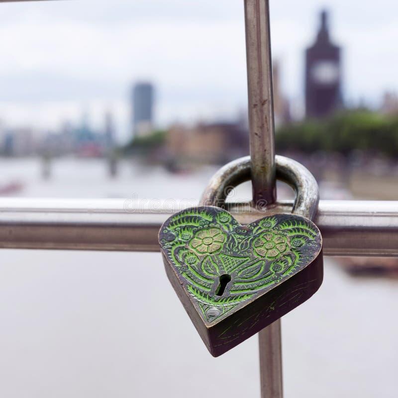 Fechamento do cadeado em trilhos da ponte fotografia de stock