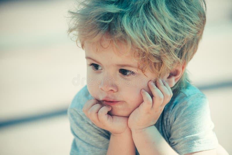 Fechamento do pré-chooler Bela criança Pensamentos infantis e psicologia do desenvolvimento imagem de stock royalty free