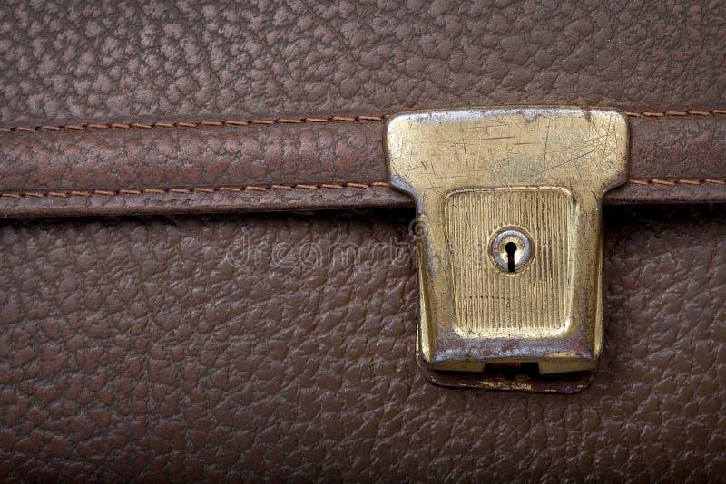 Fechamento dourado oxidado no saco de escola de couro marrom imagens de stock royalty free