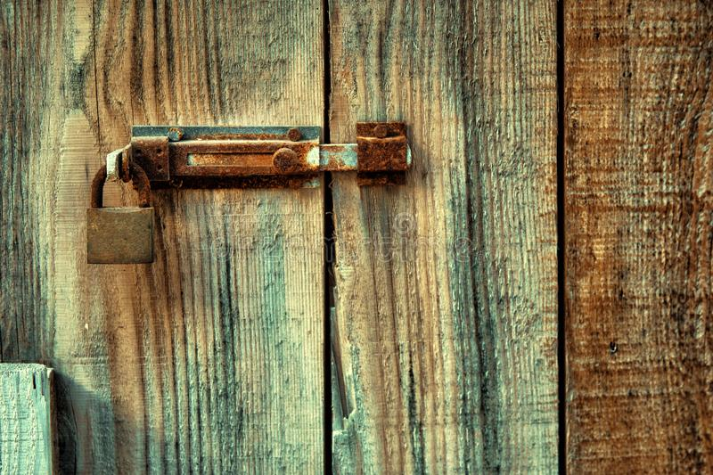 Fechamento e buraco da fechadura oxidados na porta de entrada imagens de stock royalty free