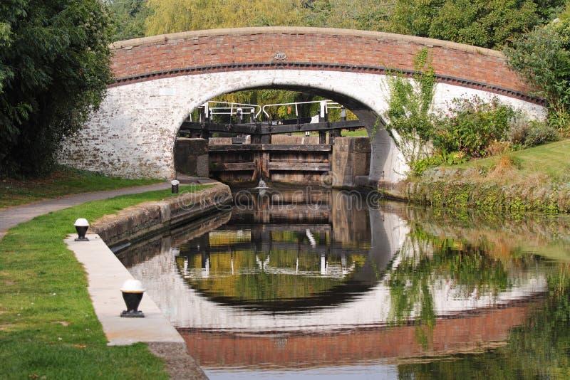 Fechamento e ponte do canal em Inglaterra foto de stock