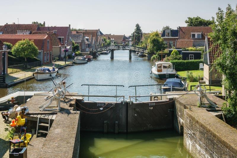 Fechamento e ponte no canal na cidade pitoresca do Frisian de imagem de stock royalty free