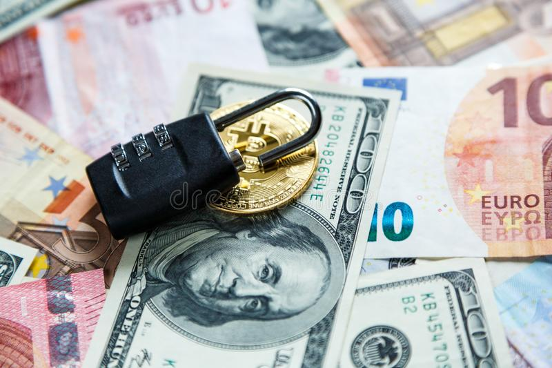 Fechamento em bitcoins no fundo real do dinheiro Segurança do Internet, risco, investimento, negócio fotos de stock royalty free