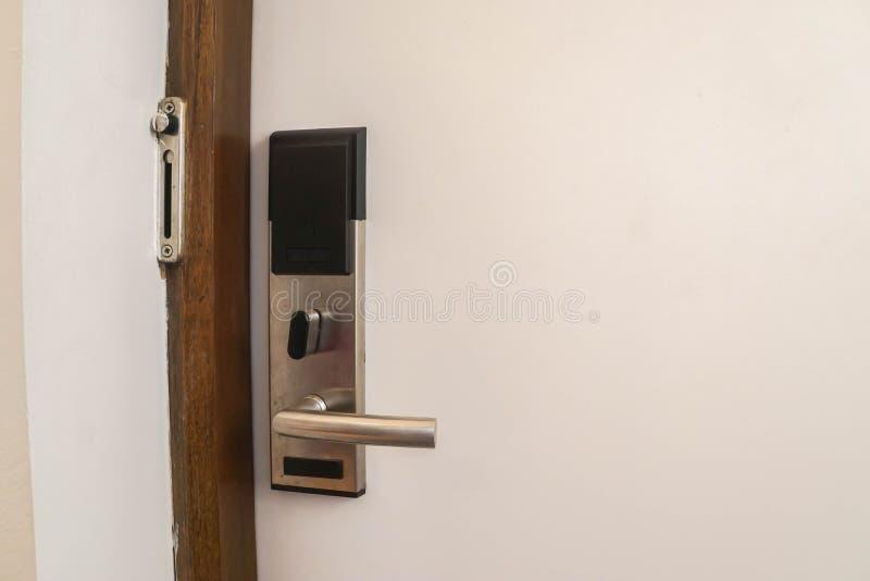 Fechamento esperto da chave do quarto no hotel para o cartão chave imagens de stock royalty free