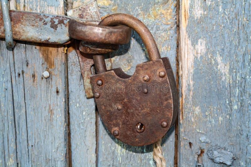 Fechamento fechado oxidado velho sem chave Porta de madeira do vintage, fim acima da foto do conceito fotografia de stock