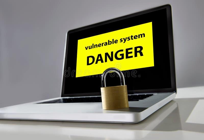 Fechamento no keayboard do portátil do computador com sistema vulnerável do perigo da mensagem de advertência no conceito do ataq imagens de stock royalty free