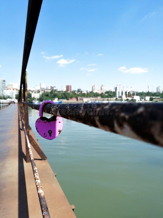 Fechamento nos trilhos da ponte sobre o rio Na cidade distante visível Amor faithfulness uni?o imagens de stock royalty free