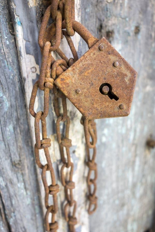 Fechamento oxidado em uma porta de madeira foto de stock