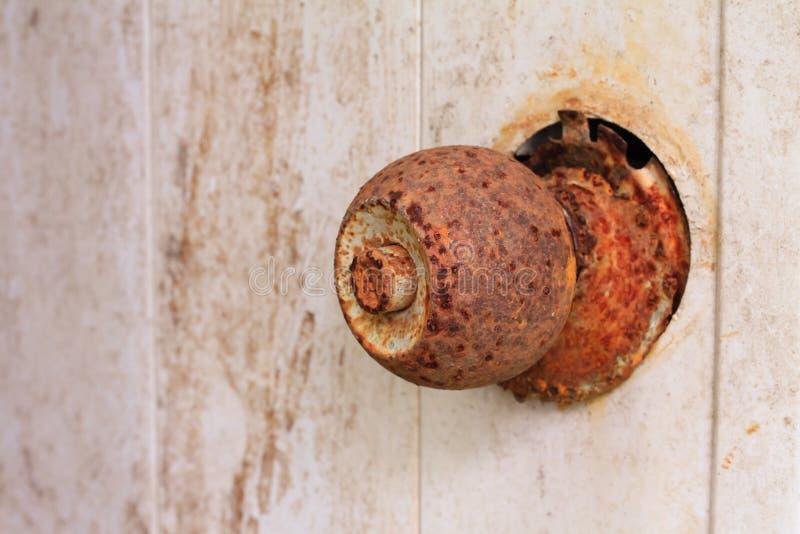 Fechamento oxidado velho da porta imagem de stock