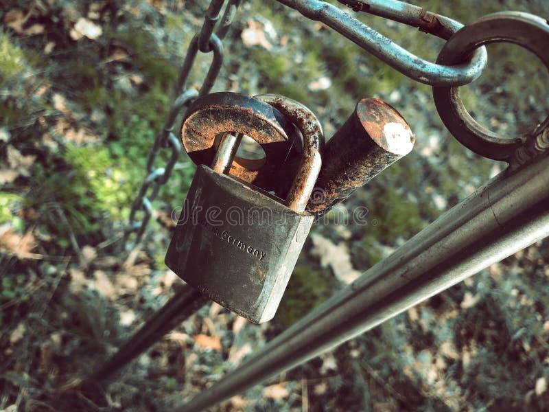 Fechamento oxidado velho do ferro foto de stock
