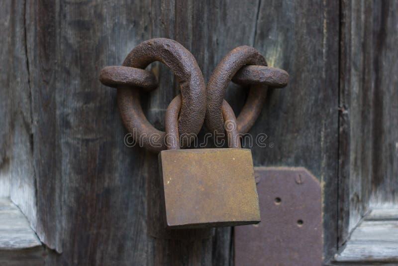 Fechamento oxidado velho na porta de madeira foto de stock royalty free