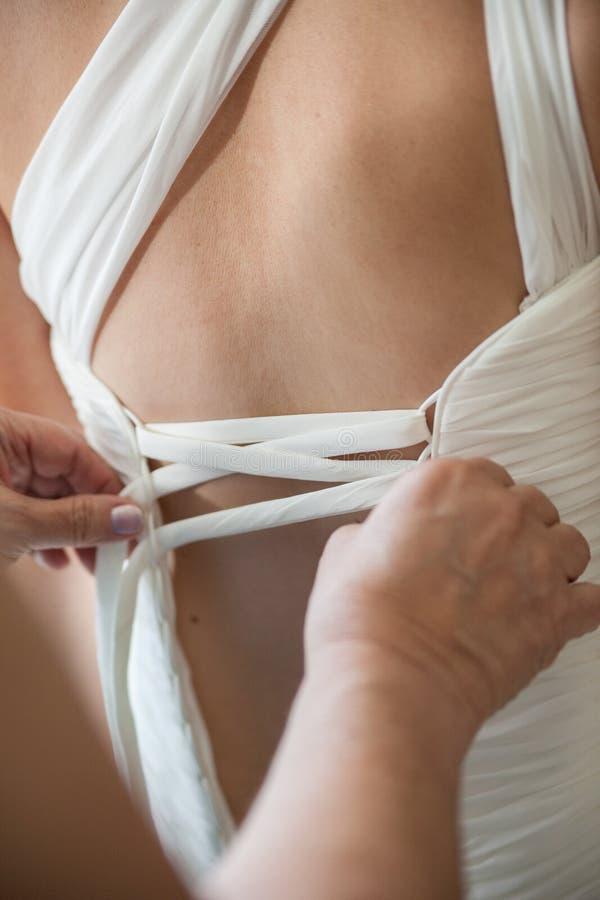 Fechamento para trás do vestido branco imagem de stock royalty free