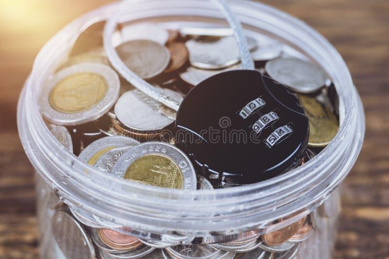 Fechamento preto da segurança com passagem-código ou senha e wi completos das moedas foto de stock
