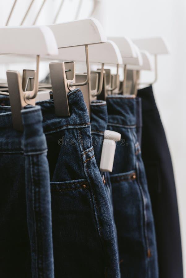 Fechamento protetor em calças de brim na loja fotografia de stock royalty free