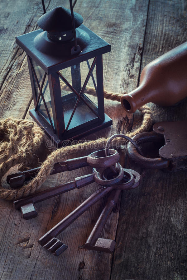 Fechamento velho com chaves, lâmpada do vintage, garrafa da argila e corda fotografia de stock royalty free