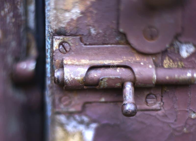 Fechamento velho da trava do vintage na porta pintada rachada gasto azul foto de stock royalty free