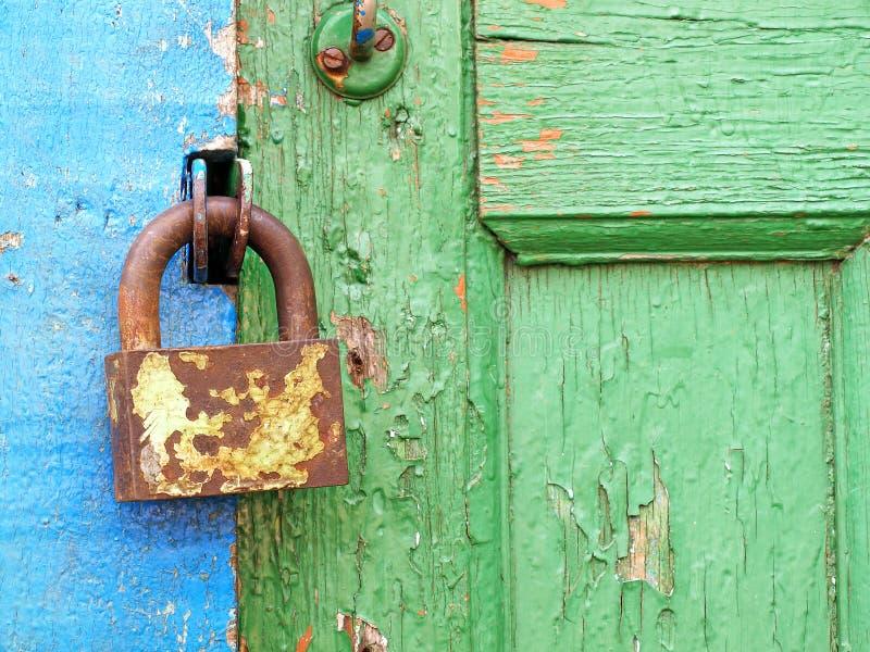 Fechamento velho do metal em uma porta de madeira. fotografia de stock