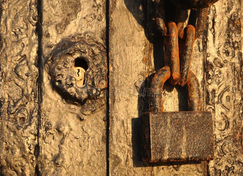 Fechamento velho, porta de madeira velha imagens de stock royalty free