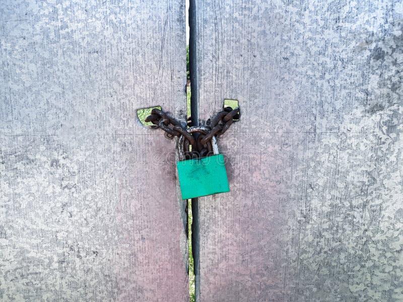 Fechamento verde na porta do metal fotos de stock royalty free