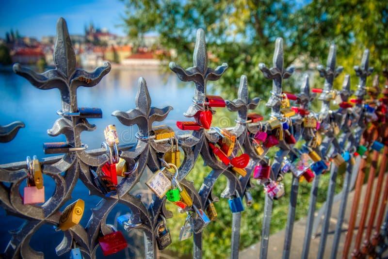 Fechamentos de Praga do amor com uma vista do castelo de Praga foto de stock royalty free