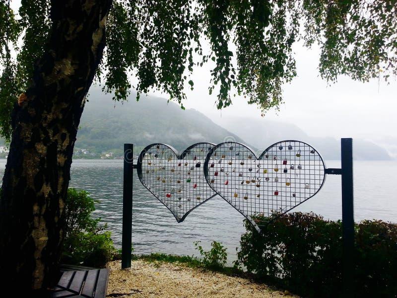 Fechamentos do amor em Gmunden, Áustria fotos de stock