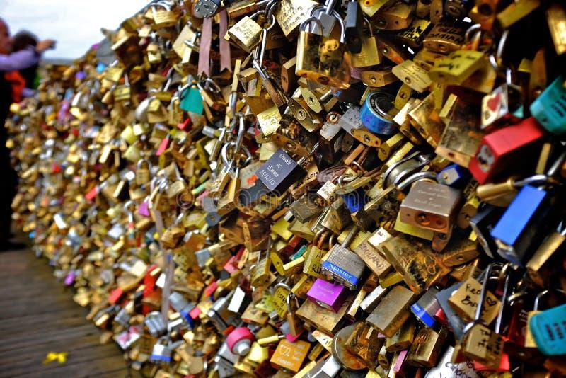 Fechamentos do amor em Paris fotografia de stock royalty free