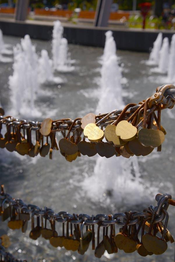 Fechamentos do amor no parque Austrália de Perth fotos de stock