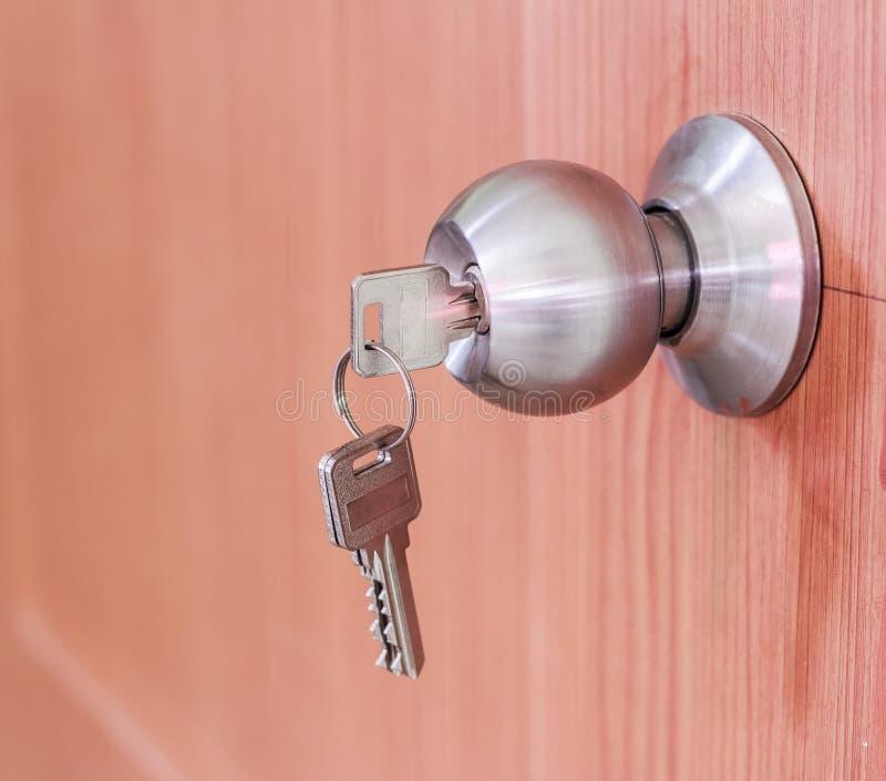 Fechamentos do botão de porta com chaves fotografia de stock royalty free