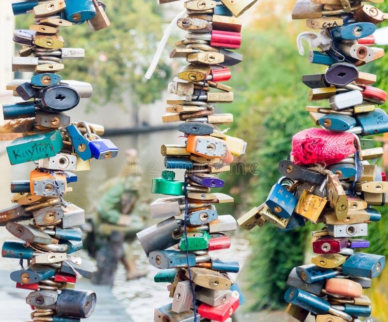 Fechamentos do coração do amor Árvore colorida dos cadeado em trilhos da ponte fotografia de stock