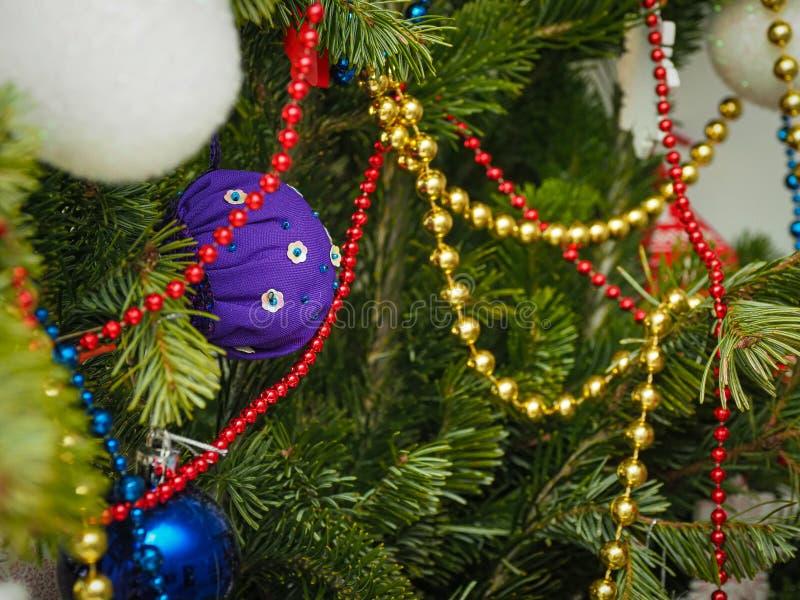 Fechar decorações tradicionais da árvore de natal em casa em foco seletivo foto de stock